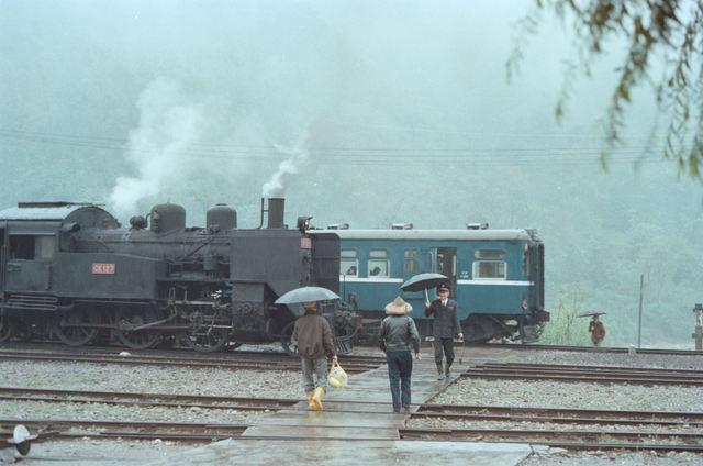 终着站の赈わい 车埕站 1978年3月24日 (金)  上り货物列车の组成が终わって暂くすると、3277车次が到着した。 静かな山间の站がにぎわう一瞬だ。 雨の中、站长はタブレットを持って何やら会话をしながら站舎へ引き上げてきた。  Copyright©MAKOTO SAKAI 1978-2007, All rights Reserved